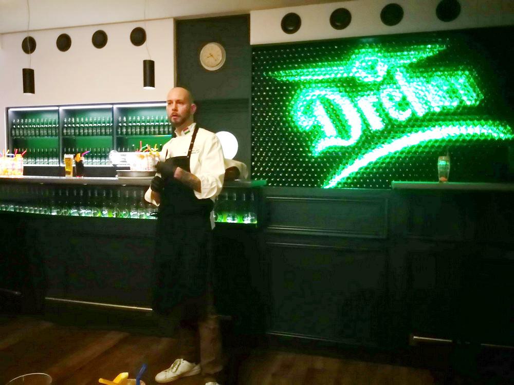 Lenk Zsolt Chef úr nem csupán a háttérben sürgölődő szakemberként, de az ételeit büszkén bemutató, szakavatott gasztronómusként is az este főszereplője volt.