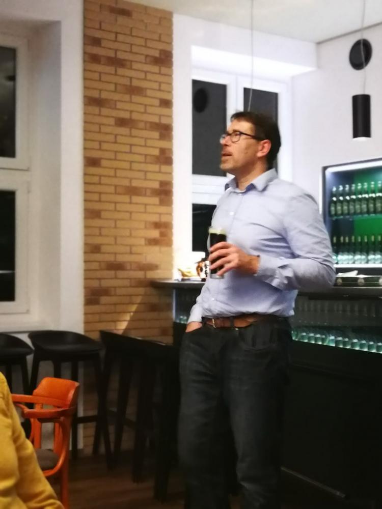 A menü szüneteiben Vásárhelyi István sörgasztronómus előadását hallgattuk az ital történelméről, az ezzel összefüggő tényekről, legendákról, összefüggésekről. Ezzel vált az est igazi, ismétlés után kiáltó élménnyé.