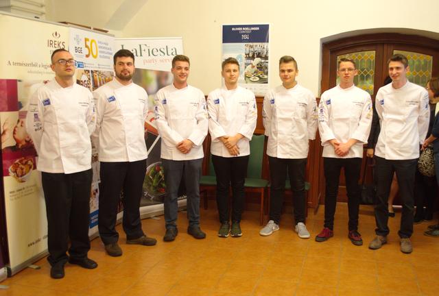 Az Olivier Roellinger nemzetközi szakácsverseny résztvevői a díjkiosztóra várva, a BGE KVIK tankonyhájának éttermében. GasztroMagazin 2019.