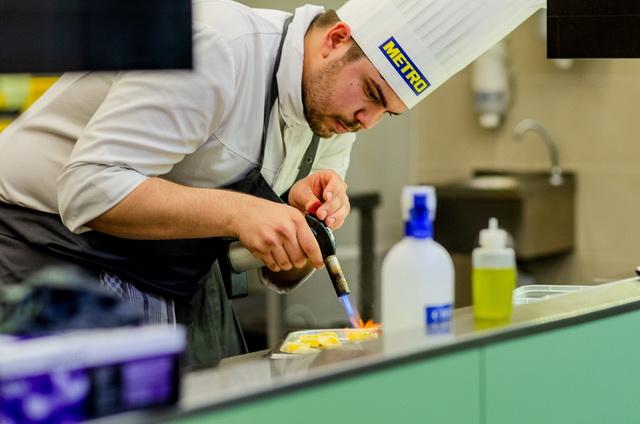 Dalnoki Bence, a STAND Étterem szakácsa, az ifjúsági szakács verseny győztese munka közben. GasztroMagazin 2019.