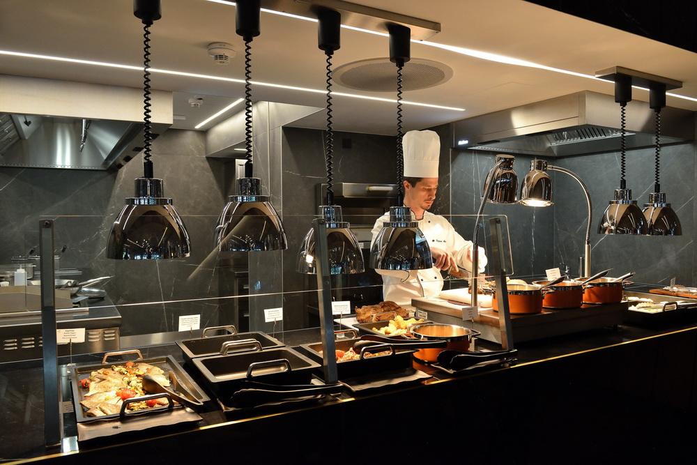 Az egészséges alapanyagokra, a frissen készülő ételekre helyezte a hangsúlyt a tálalókonyha tervezője.