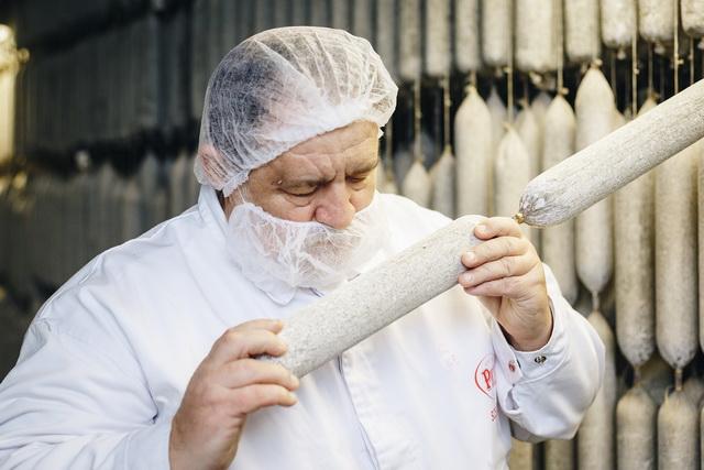 Függ István 44 éve dolgozik a gyárban. Ma ő a szalámimester.