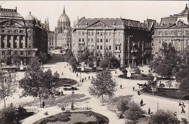 A Szabadság Kávéház épülete és környezete anno a Fortepan archív felvételén.