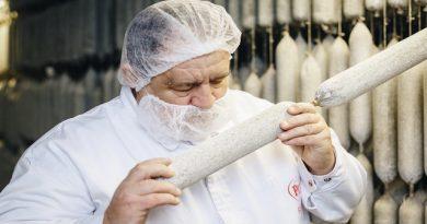 Függ István, a Pick szalámimestere, aki 44 éve dolgozik a szalámigyárban. GasztroMagazin 2019.