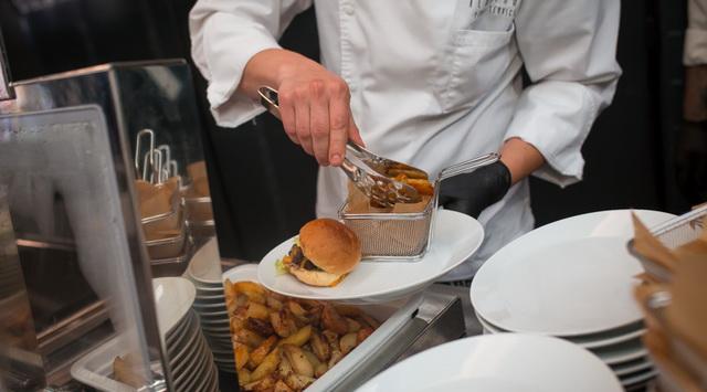 A tökéletes hamburger akár egy rendezvény sikeres gasztronómiai eleme is lehet. Volenter István Albatros Party Service. GasztroMagazin 2019.