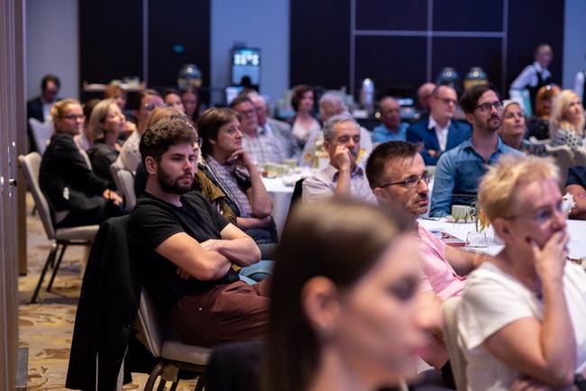 A Radisson Blu Hotel Béke Budapest szálloda rendezvényterme zsúfolásig telt az eseményre kíváncsi hallgatókkal
