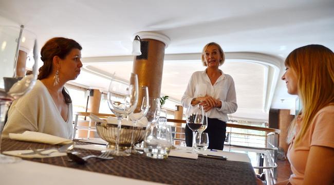 Előadás az asztali etikettről, Chef ajánlatánk kiválasztása a Dunapark Kávéházban. GasztroMagazin 2019.