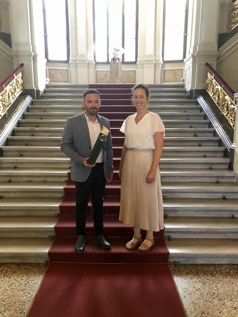 Nagy Leopold főborász és Folly Réka tulajdonos a MTA Bora díjjal a Magyar Tudományos Akadémia lépcsőházában. GasztroMagazin 2021.