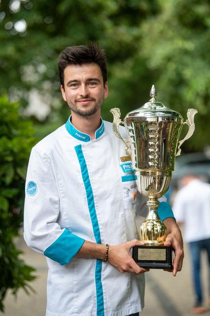 Fehér Gergő, a békéscsabai Café One Cukrászda munkatársa, Az Év Fagylaltja verseny idei győztese a Bíborka fagylalttal. GasztroMagazin 2021.