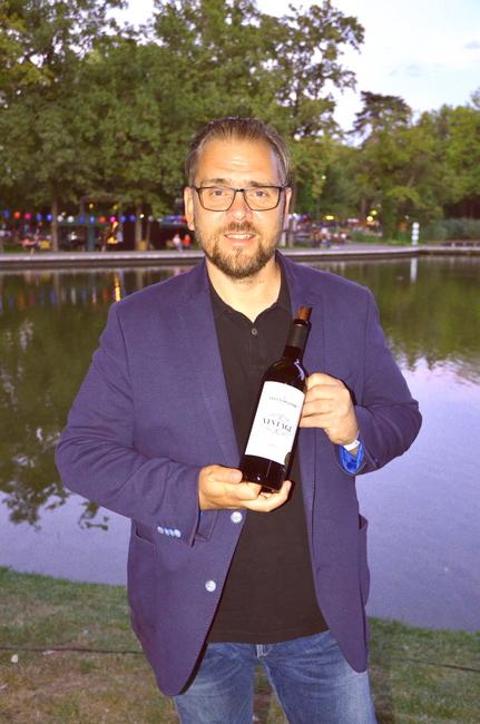 Vesztergombi Csaba, a Vesztergombi Pincészet egyik tulajdonosa, a díjnyertes 2017-es Vintage borral a Debreceni Bor- és Jazznapokon, Zmák Tibor felvételén. GasztroMagazin 2021.