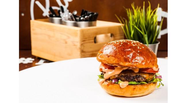 A győztes kacsamájas hamburger a debreceni Szaft 'N Burger Fesztiválon. GasztroMagazin 2021.