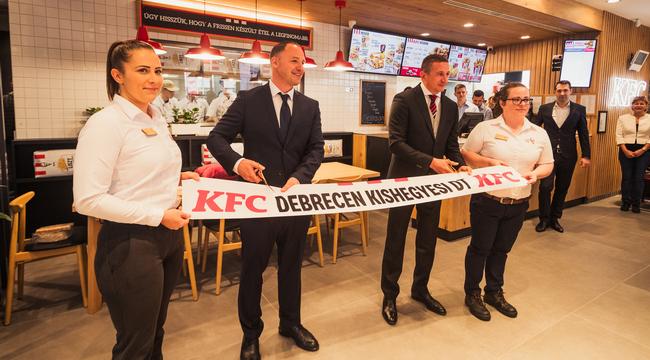 Zöld Kentucky Fried Chicken nyitott Debrecenben. GasztroMagazin 2021.